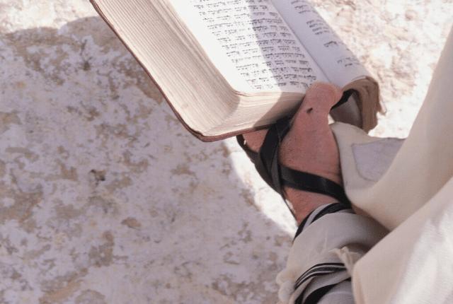 תפילת שחרית של בוקר עם תפילין